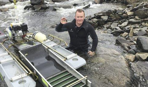 GULLGUTT: Gulldykker Marius Frang er styrket i troen på at det finnes en stor gullåre etter at han fant en gullklump på 34,9 gram i elva Gisna mellom Oppdal og Rennebu. Det er ny Norgesrekord. BEGGE Foto: Privat