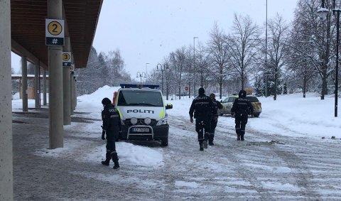 MANGE PATRULJER UTE: Politiet har satt inn ekstra ressurser i kveld. Her venter patruljer ved Kløfta stasjon i ettermiddag.