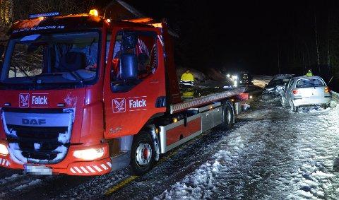 FRONTKOLLISJON: To biler frontkolliderte på fylkesvei 33 søndag kveld.
