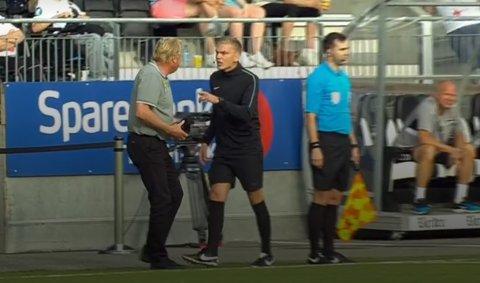 Strengt irrettesatt: Jörgen Lennartsson ble sendt tilbake med uforrettet sak av fjerdedommer Marius Lien da han tilbød assistenddommer Anders Olav Dale en caps etter en feilaktig offsideavgjørelse. Skjermdump: Eurosport