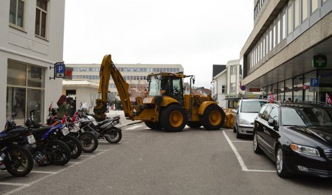 SPERRING: Denne traktoren var strategisk plassert som sperring av sikkerhetsmessige årsaker i Sandefjord sentrum 17. mai i fjor. Det blir gjort lignede tiltak i år.