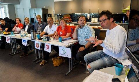 TEGSPRÅK: Den politiske debatten ble ledet på tegnspråk av Balas Kantor, brukerrådsmedlem i Signo Viva.