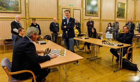 SJAKK: Før mestermøte i Kurbadet fikk utfordrerne til Johan-Sebastian Christiansen velge farge. Bjørn Ole Gleditsch valgte å ikke spille svart og gikk for hvite brikker.