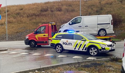 ULUKKE: Ein varebil har krasja med ein personbil i Løwenstrasse.