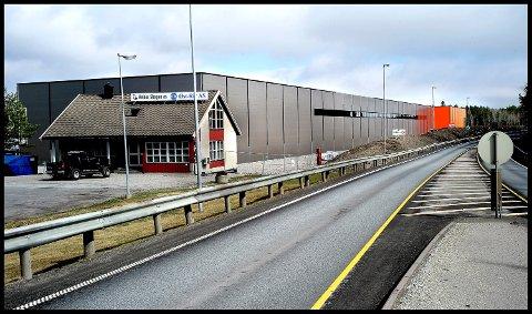 KAMPENES: Det kombinerte kontor, lager og produksjonslokalet til Pretec er godt synlig fra riksvei 22.