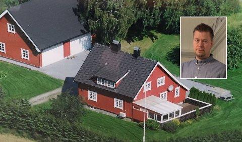 NULLRENTE-LÅN: Magne Raimond Fagereng har lånt 140.000 kroner til å finansiere solcellepaneler på det store garasjetaket. Renten på lånet er 0 prosent det første året.