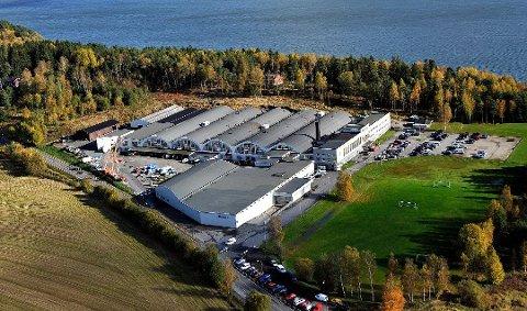 Husqvarna vurderer å legge ned fabrikken ved Tunevannet i Sarpsborg. Tirsdag ble de nærmere 100 ansatte ved fabrikken informert om at produksjonen vil bli flyttet til andre land.