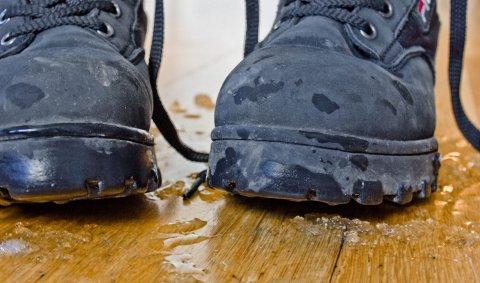 Parkett liker ikke fukt. Først blir det misfarging, så kan gulvet svelle og til slutt må det byttes.