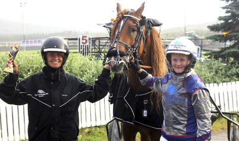 VINNERNE: Louise Vebostad Trudvang (t.h.) og moren hennes Mariann på hver sin side av Drivin som vant John Buers minneløp.