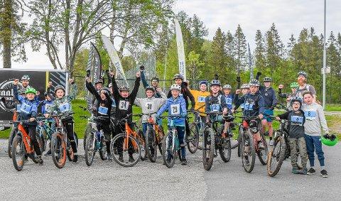 GLADE BARN: 20 barn møtte opp da Smaalenene Sykkelklubb dro i gang terrengsykling i Spydeberg torsdag.