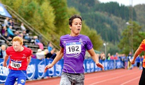 FULL FART: Knut Werge-Olsen (15) senka sin personlege rekord på 100 meter med 27 hundredelar under Veidekkeleikane på Lillehammer førre helg. - Dette er ei utruleg utvikling, seier pappa og trenar Arne Werge-Olsen.