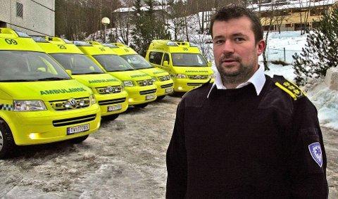 BRUKAR LENGER TID: - Ambulansetenesta i Helse Førde har færre oppdrag om dagen, men lyt samstundes bruka lenger tid på kvar uttrykking, seier ambulansesjef i Helse Førde, Stian Sægrov.