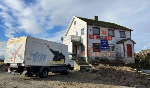 Antiglobalisering og Trump-støtte prydet veggen på huset i Vigdelsvegen som Alliansen fikk holde til i.
