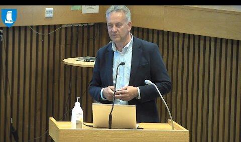 SISTE GANG:  Onsdag kveld var siste gang Bjørn Kalmar Aasland sto på talerstolen som administrerende direktør i et foretaksmøte i Steinkjerbygg KF. Neste gang sitter han i kommunedirektørstolen - en stilling han skal til i september.