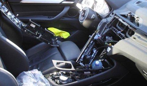 Slik kan det se ut når BMW-banden har vært på ferde. Tyvene har vært ute etter lett omsettelig og verdifult utstyr som ratt, airbag, infotainmensystem og lykter. Foto: Politiet