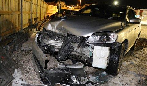 Føreren stakk av etter å ha kjørt inn i et tre. Slik så bilen ut etter ulykken. Foto: Theo Aasland Valen