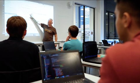 FLERE: Faglærer Rune Mathisen kan glede seg over at sju elever fra Skien videregående skole er klare for andre runde i Norsk informatikkolympiade.