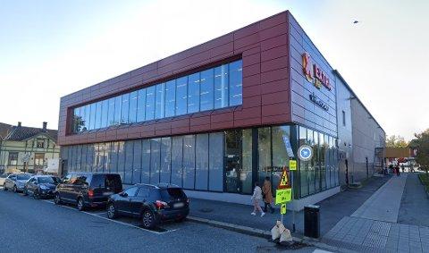 Det var ved denne butikken i Porsgrunn at kragerøkvinnen bandt hunden sin. Bildet brukes som illustrasjon.