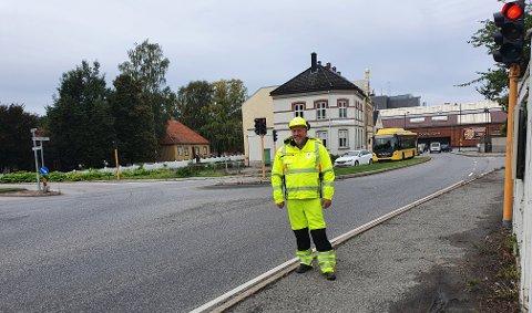 Øystein Jonhaugen, byggeleder i Vestfold og Telemark fylkeskommune står ca. der vegenstenges ved Raschebakken og trafikken ledes inn i Skippergata. Foto: Bypakke Grenland
