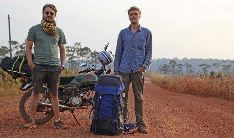 MED STJERNE: To motorsykler, to sekker og to eventyrlystne unge menn. Med oppsparte penger tok de et valg de ikke angrer på. Legg merke til det kommunistiske symbolet på tanken