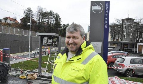 KOM FREDAG: Bak til venstre for prosjektleder Rune Jensen kommer billettautomaten som nå står på jernbanestasjonen. – Bruk den, støtt oppom Bratsbergbanen, oppfordrer Rune Jensen på ved perrongen og løsningen som skaper et aldri så lite «storbypreg».