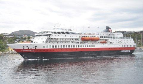 «Finnmarken» under et tidligere besøk i Kristiansund. Søndag ble det U-sving ved Munkholmen.