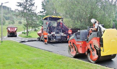 Når det ikke er penger til å asfaltere hele strekningen, blir løsningen stykkevis og delt.