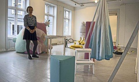 Montering: Nina Bang Larsen synes det er vanskelig å finne den rette plasseringen til de ulike kunstverkene sine. – Jeg bruker litt tid på det, ja, sier hun.  Alle foto: Tom Erik Rønningen