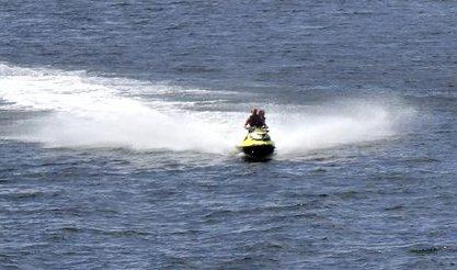 FULL FART: Mange syns fart er moro på sjøen. Men det kan skape farlige situasjoner. Roklubben er bekymret. (Illustrasjonsfoto: Arthur Iversen)