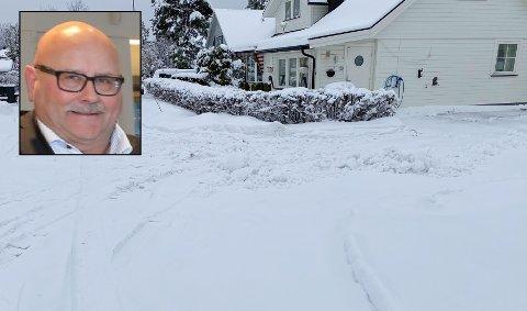 REAGERER: Snuplassen i Humleveien ligger rett foran boligen til Reidar Fagervold. Han er lei av at kommunens brøytebiler bruker plassen til å snu, men tar seg ikke bryet med å fjerne snøen fra plassen. Det har ført til opphopning av snø foran innkjørselen på grunn av dype spor fra brøytebilene.