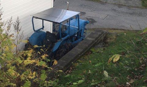 ULYKKE: En mann i 60-årene ble lettere skadet etter å ha havnet under en traktor fredag.