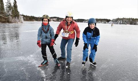 FØRSTE TUR: Einar Sævik (fra venstre) la ut på sin første skøyteorienteringstur sammen med mamma Ingvild Kjesbu og kompisen Gustav Standal.