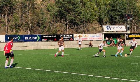 """Mål: Israil Edilsultanov """"Izzy"""" i aksjon, mens Abdullah Alshaban (t.v.) følger med.  Abdullah scoret tre, mens Izzy scoret ett mål."""