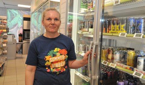 ALKOHOLFRITT:Camilla Christensen ved kjøleavdelinga på Joker Rotnes der hun kun får lov å by fram alkoholfrie leskedrikker.