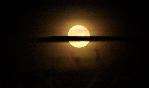13 ÅR TIL NESTE GANG: Fullmåner er tradisjonelt sett skumle greier, og for mange blir det ikke mindre skummelt av at det er fredag den 13. samtidig. Fredagens fullmåne er til og med en sjelden mikromåne, og det er 13 år til noe sånt skjer igjen.