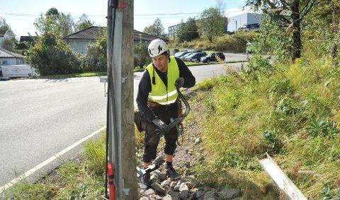 KABELBRUDD:Øivind Nielsen i Nokab i ferd med å fikse fiber fra Rotneskrysset etter at fem husstander på Berget ble leie av å vente på Telenor.