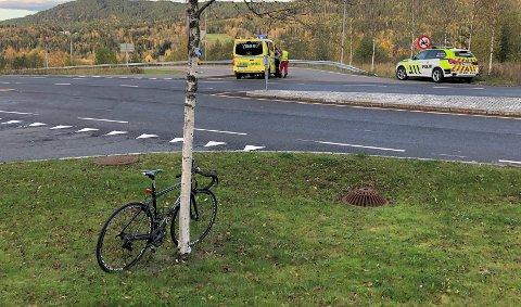HARDTSAMMENSTØT:Fra ulykkesstedet på Slattum fredag sist uke med den involverte sykkelen foran og i bakgrunnen krysset der en bilist brøt vikeplikten.