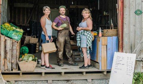 POPULÆRT: Morten Jerven tar godt vare på kundene. Her er det Ane Gjesdal (t.v.) og Eli Moe som blir servert grønnsaker av mange slag.