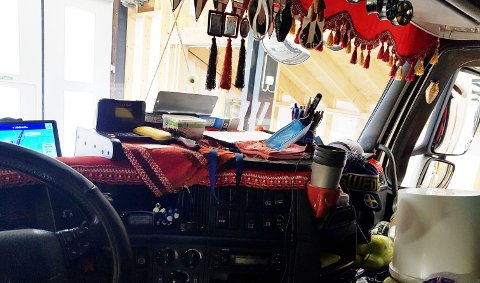 PYNT: Ikke særlig oversiktlig frontrute med alle pyntegjenstandene på plass. FOTO:  Statens vegvesen