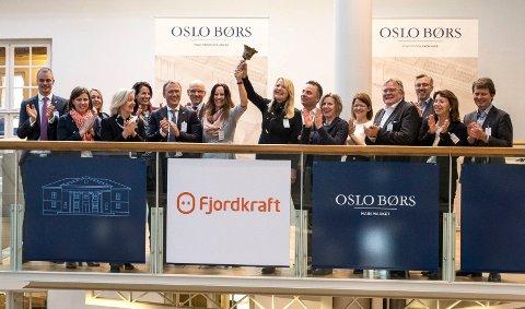 BØRSNOTERT: Økonomi- og finansdirektør Birte Sander (t.v.) og kommunikasjonsdirektør Jeanne Tjomsland fikk æren av å ringe med bjella da Fjordkraft ble børsnotert onsdag morgen.