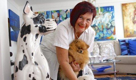 FARGERIK: Oljemaleriene til Britt Lise Hegstad (65) kjennetegnes av store flater med mye farger, og hun henter gjerne inspirasjon fra Gran Canaria der hun bor halve året. Her er hun i stuen sammen med hundene.Foto: Cathrine Gram
