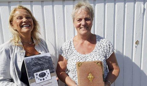 BOKAKTUELLE: Ingrid Kristin Aarhus og Astrid Opdal Knutsen er klare med boka «Det siste Uvdalsfolket». Til høyre holder Knutsen fotoalbumet som satt i gang hele prosjektet.Foto: HPB