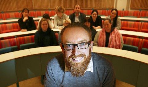 1 Reflektere: Å stille de viktige spørsmålene er ikke bare for spesialister, sier filosof James McGuirk, som underviser i etikk og filosofi på Nord universitet.  2 KLAGER: Bodøværinger snakker ned været i byen, mener James McGuirk som har vokst opp i Irland og vet hva han snakker om.
