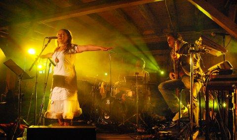 Samarbeider: Svein Schultz har samarbeidet med Mari Boine i mange år. Her er begge i aksjon under konserten på Mellageret på Tranøy i Hamarøy under Hamsundagene i 2006.