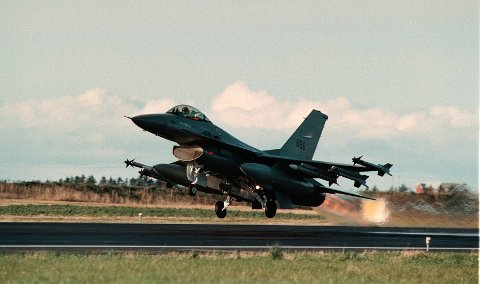 Her letter jagerflyet F-16 Bodø lufthavn. Ofte får FHO henvendelser om kraftige lyder.  Arkivfoto: Gorm Kallestad / NTB