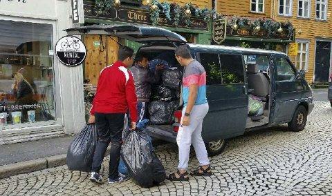 Lørdag arrangerte den frivillige foreningen Alamal sin femte innsamlingsaksjon til syriske flyktninger til Libanon. Mange frivillige sjåfører måtte til for å klare å frakte alle klærne som ble levert inn til lageret. FOTO: PRIVAT