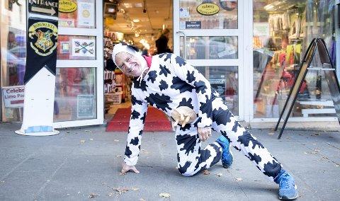 Slik stilte Ruben Roman (66) da ha møtte nettdaten sin for første gang. – Hun kjente meg igjen, sier hele Bergens leketøyskonge. Nå vil han selge kjempebutikken på Vetrlidsallmenning. FOTO;: SKJALG EKELAND