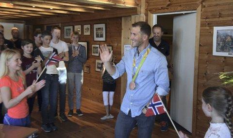 Kristoffer Brun ble møtt av norske flagg og stående applaus da han mandag var tilbake i Bergen for første gang etter OL-bronsen i Rio. 60 personer hadde møtt opp for å hedre 28-åringen. – Overveldende. Man blir nesten litt rørt, sier hovedpersonen selv om mottakelsen.