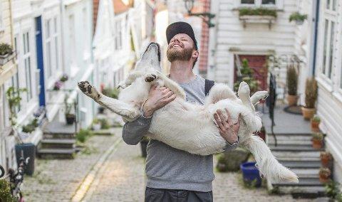 Fotograf Truls Bakken, her sammen med sin hundevenn Henri, som er oppkalt etter den franske fotografen Henri Cartier-Bresson.