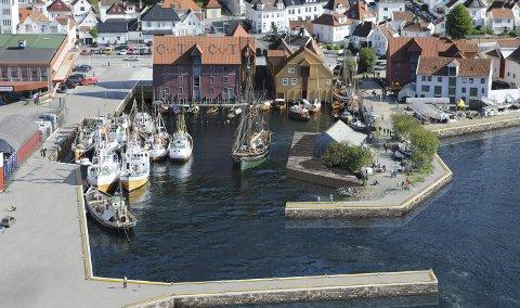 FREMTIDEN: Moloen i forgrunnen er tolv meter bred og 50 meter lang. Den beskytter havnen, men gir også arealer innvendig som Norges Fiskerimuseum kan benytte. Innvendig i moloen vil museet ha visningssenter for oppdrettsnæringen i samarbeid med Lerøy Vest AS. Moloen finansieres av Lerøy Vest AS. ILLUSTRASJON: SWECO